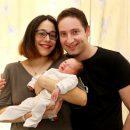 בתמונה: סיגל ליבוביץ' ויוני פרידמן עם בנם השני.
