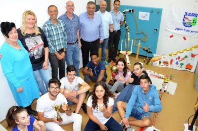 ראש העיר, הצוות המקצועי והתלמידים על רקע המכונה הזוכה בתחרות