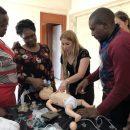 """צוות רמב""""ם מדריך את הצוותים המקומיים בנקורו, קניה."""