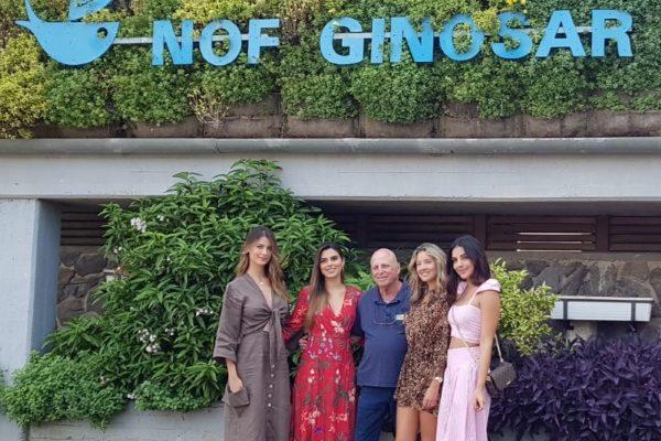 רוני מנור עם מלכות היופי מדרום אמריקה. שמות המלכות: Stefanía Fernández, Lucia Aldana, Laura Gonzáles, Natalia Romero.