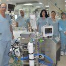 """משמאל ד""""ר עדן האחות מירה וצוות טיפול נמרץ ליד מכשיר האקמו ביחידה לטיפול נמרץ בכרמל"""