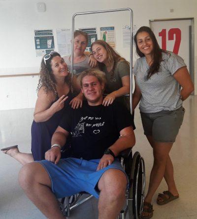 """עופר סלמון במחלקת הילדים במרכז הרפואי זיו בצפת עם צוות עובדי """"צוותא"""" – החינוך הבלתי פורמאלי בקיבוץ חולתה שהגיעו לבקרו"""
