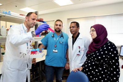 פרופ' מור'יר ח'מאיסי (משמאל) וחברי צוות המחקר.