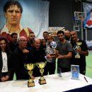 נציגי נבחרת העיתונאים מקבלים את הגביע לזכרו של דודי הללי