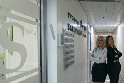"""עו""""ד שרין ומורן ליד המשרד"""